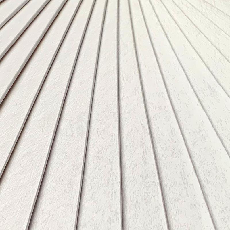 Détail de la monture en bois (peinture blanche, vernis mat)