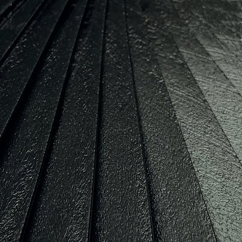 Détail de la monture en bois (peinture noire, vernis mat)