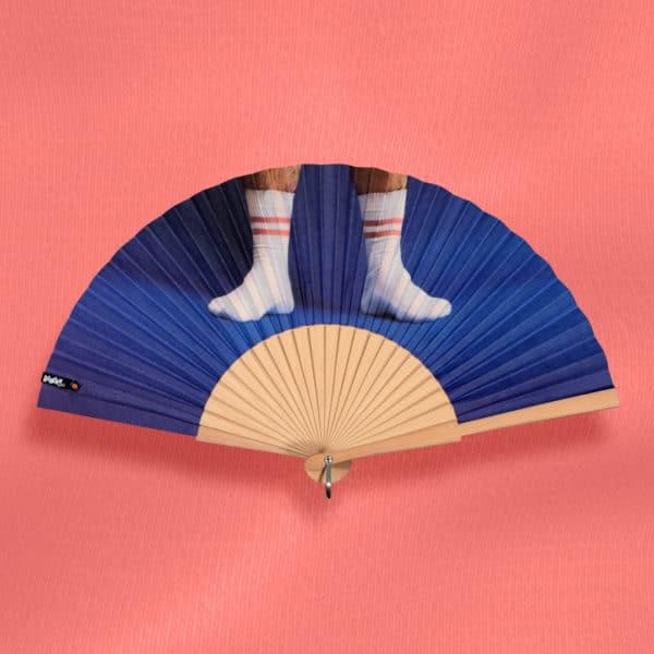 Éventail SOCKS en tissu imprimé, motif photo pieds et chaussettes de sport blanches sur fond bleu, monture en bois naturel
