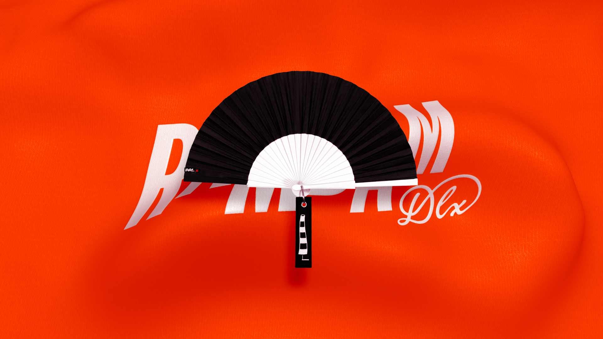 Éventail Blow noir sur fond orange animé avec logo Ramdam Dlx