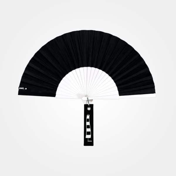 Éventail BLOW en tissu noir, monture en bois peint blanc, étiquette brodée motif chambre à air noir et blanc.