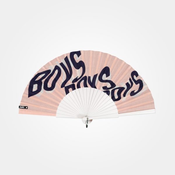 Éventail BOYS BOYS BOYS en tissu imprimé, motif texte, typographie bleu sur fond rose, monture en bois peint blanc