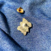 """Pin's BOYS BOYS BOYS en zamak doré, estampillé """"Ramdam Dlx"""" au dos. Agrafe papillon en métal doré."""