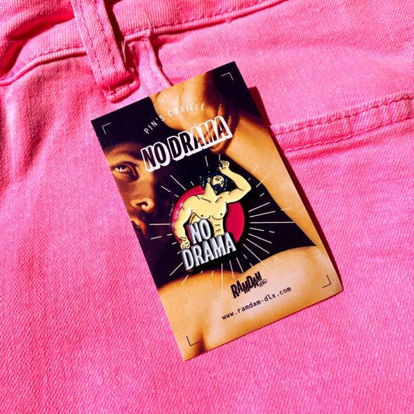 Pin's émaillé NO DRAMA en zamak plaqué noir et émail 5 couleurs sur cartonette imprimée.