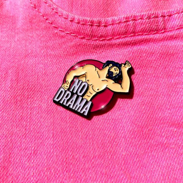 Pin's émaillé NO DRAMA en zamak plaqué noir et émail 5 couleurs.