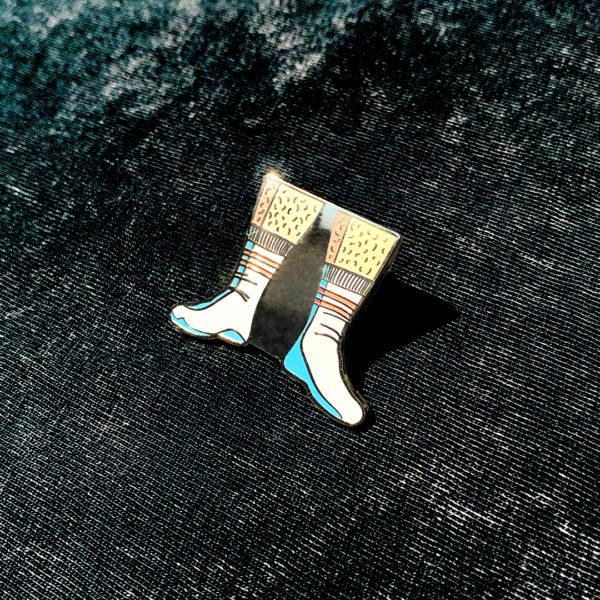 Pin's émaillé SEXY SOCKS en zamak doré et émail 6 couleurs.