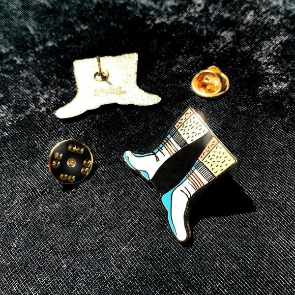 """Pin's émaillé SEXY SOCKS en zamak doré et émail 6 couleurs, estampillé """"Ramdam Dlx"""" au dos. Agrafe papillon en métal doré."""