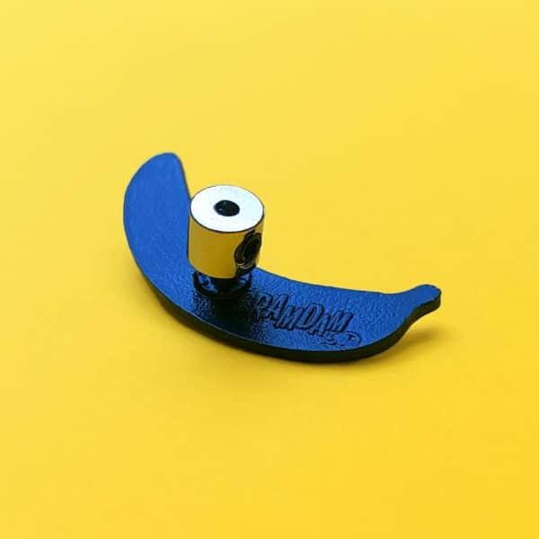 Exemple d'attache de sécurité à verrou en métal fixée au dos d'un pin's émaillé