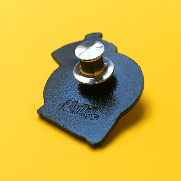 Exemple d'attache prémium à ressort fixée au dos d'un pin's émaillé