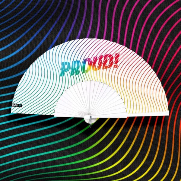 Éventail PROUD! en tissu imprimé, motif arc-en-ciel (rainbow), monture en bois peint blanc