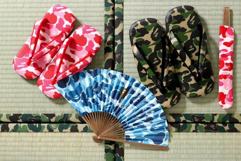 Éventail camouflage bleu de marque BAPE dans une composition sur tatamis avec tongs motif camouflage