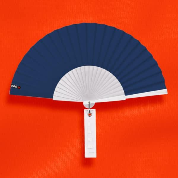 Éventail BLOW en tissu bleu marine, monture en bois peint blanc, étiquette blanche brodée motif manche à air.