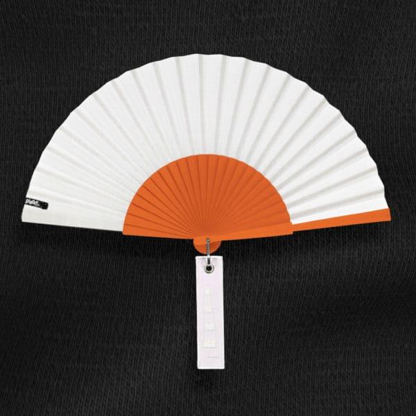 Éventail BLOW en tissu blanc, monture en bois peint orange vif, étiquette blanche brodée motif manche à air.