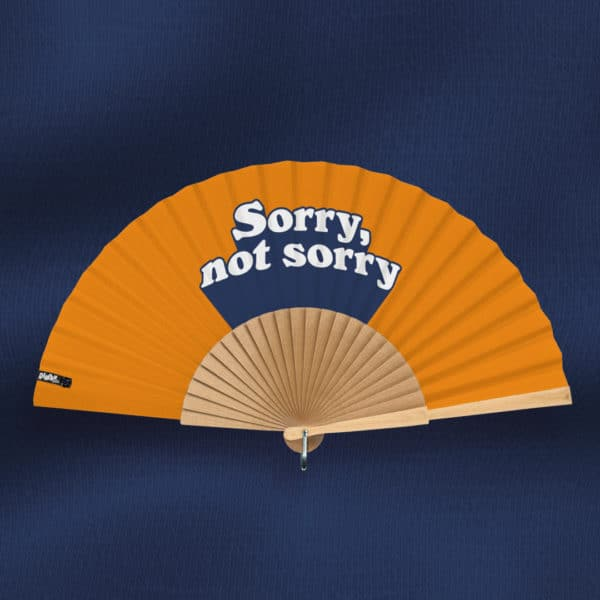 """Éventail SORRY, NOT SORRY (série """"Notif"""") en tissu imprimé, motif texte, typographie 3D blanche et bleu marine sur fond orange, monture en bois naturel poli à la main"""